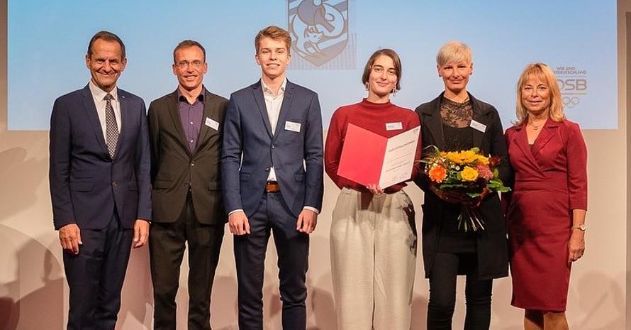 DOSB-Präsident Alfons Hörmann (links) und DOSB-Vizepräsidentin Petra Tzschoppe (rechts) und die Vertreter*innen der Leutzscher Füchse. Foto: bewahredieZeit/DOSB