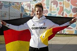 Elena Wassen mit der deutschen Fahne im Olympischen Jugenddorf in Buenos Aires. Foto: DOSB