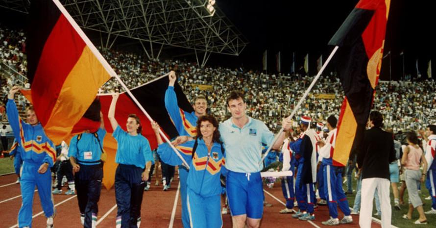 Bei der Leichtathletik EM in Split laufen die Teams der Bundesrepublik und der DDR gemeinsam ein. Foto: picture-alliance