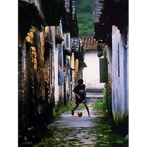 Das Bild Straßenfußball von Ding Rui Liu aus der Volksrepublik China gewann in einer der Kategorien den ersten Preis. Copyright Ding Rui Liu/IOC.