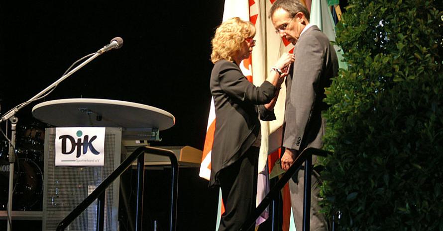 Prof. Gudrun Doll-Tepper überreicht Volker Monnerjahn die DOSB-Ehrennadel beim DJK-Bundestag am 6. Juni in Wissen (Sieg). Foto: DJK