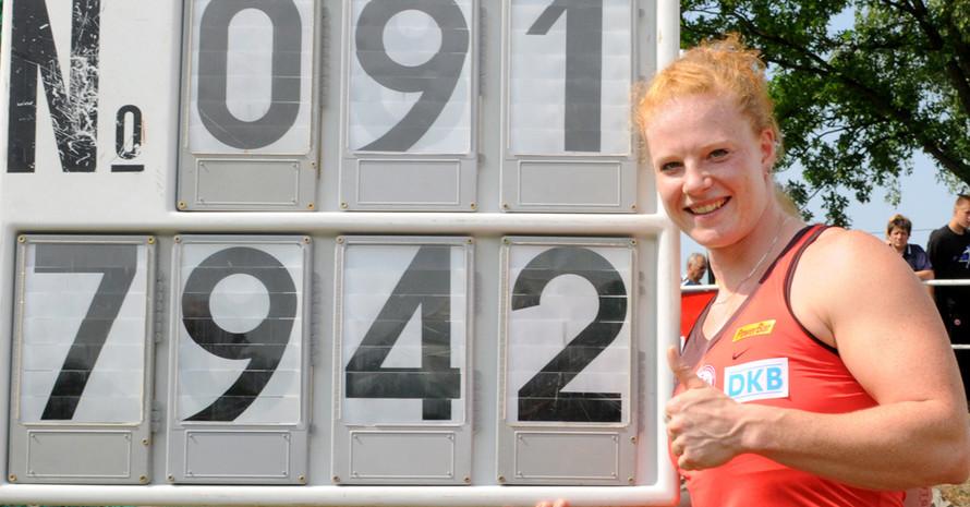 Betty Heidler präsentiert stolz ihren Weltrekord im Hammerwerfen. Foto: picture-alliance