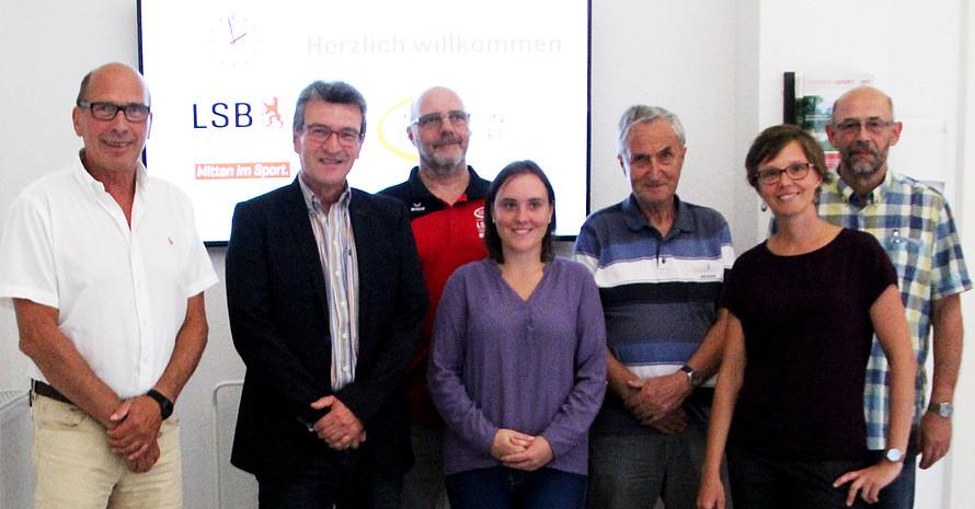 Minister Dieter Lauinger (2.v.l.) im Gespräch mit LSB-Hauptgeschäftsführer Rolf Beilschmidt sowie Vereinsvertretern aus IdS Stützpunktvereinen und Mitarbeiterin Jana Conrad.