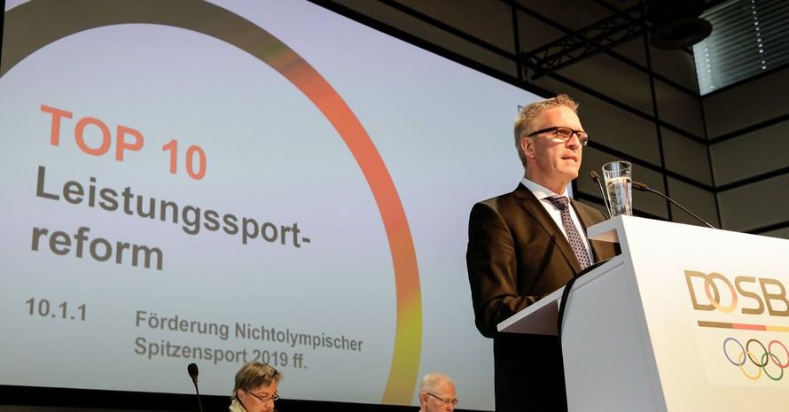 Dirk Schimmelpfennig, Vorstand Leistungssport im DOSB, erläutert den Delegierten die Konzeptionen zum weiten Thema der Leistungssportreform. Foto: DOSB/Ulla Burghardt