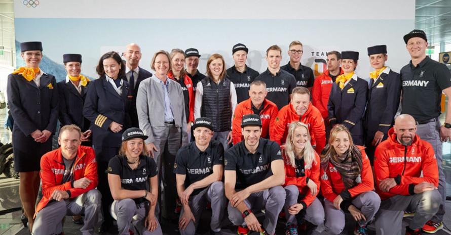 """Athleten eines Teils des """"Team Deutschland"""" stellen sich mit der Lufthansa-Crew zum Gruppenbild, kurz vor dem Abflug in München. Foto: Lufthansa / Oliver Rösler"""