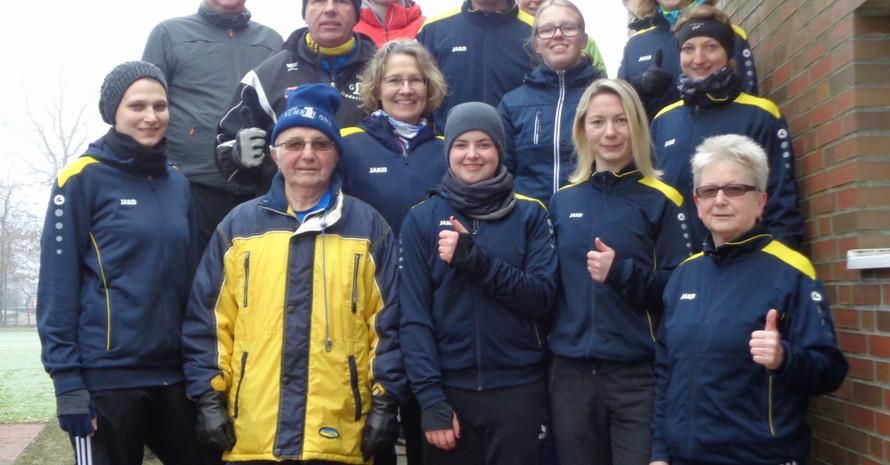 Familie de Groot und andere Sportabzeichen-Fans des TV Falkenburg machen traditionell immer am 1. Januar das Deutsche Sportabzeichen. Vorne rechts Inge de Groot, daneben Tochter Karen, zweiter von links Heinz de Groot (Foto: TV Falkenburg)