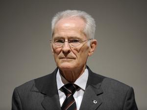 Hans Wilhelm Gäb erhält die goldene Sportpyramide für sein Lebenswerk. Foto: picture-alliance