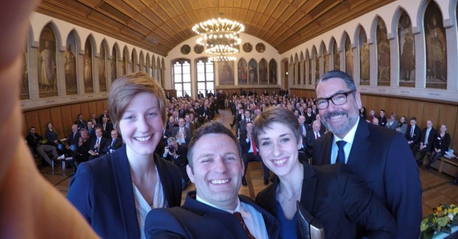 """Ole Bischof macht ein """"Selfie"""" mit den Eliteschülerinnen Jessica Tiebel (li.) und Pauline Grabosch sowie dem Vorstandsvorsitzenden der DekaBank Michael Rüdiger."""