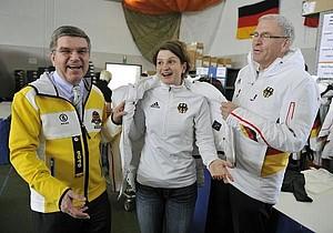 Eisschnellläuferin und Olympiasiegerin Daniela Anschütz-Thom lässt sich von Thomas Bach und Michael Vesper in die Winterjacke helfen: Copyright: picture-alliance