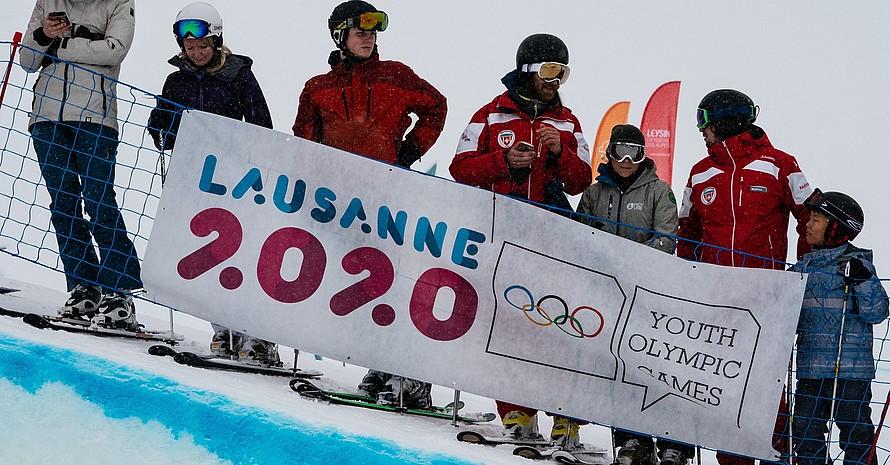 Junge und ältere Zuschauer warten gespannt auf den Beginn der Olympischen Jugendspiele in Lausanne, die am 9. Januar beginnen. Foto: Bob Martin/OIS/IOC