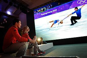 Große Gefühle im Deutschen Haus: Aljona Savchenko und Bruno Massot verfolgen gerührt noch einmal Bilder ihrer Goldkür (Foto: Picture Alliance)