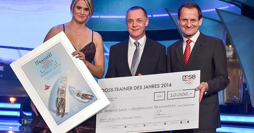 Trainer des Jahres Norbert Loch (Mitte) mit Natalie Geisenberger (lnks) und DOSB-Präsident Alfons Hörmann (rechts). Foto: Kai-Uwe Waerner, picture-alliance, DOSB