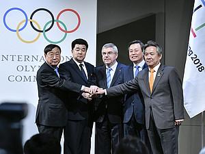 Die Delegationen aus Südkorea, Nordkorea und des Organisationskomitees einigten sich mit IOC-Präsident Thomas Bach (m.) auf ein gemeinsames Team.