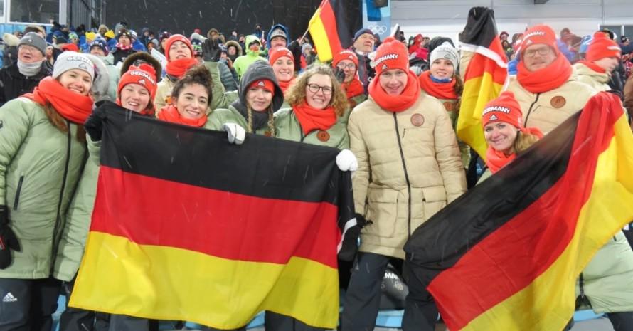 Die Langlauf-Gruppe verbreitet beste Stimmung im Stadion.