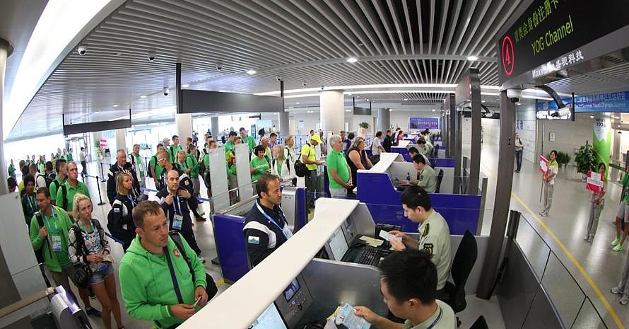 Die Trikotfarbe Grün dominierte am Lukou International Airport in Nanjing. Das Foto zeigt aber nicht die deutschen Athleten, sondern die Jugendlichen aus Litauen, die im gleichen Lufthansa-Flieger ankamen. Foto: NYOG
