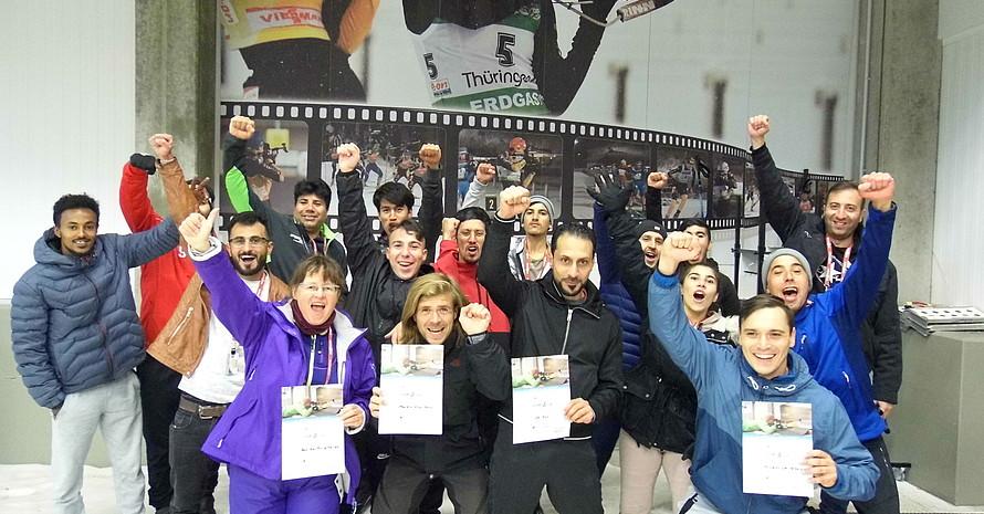 Als teambildende Maßnahme lernten die Teilnehmer*innen die Sportart Biathlon kennen. Hier ein Gruppenfoto nach der Einführung in das Biathlon.