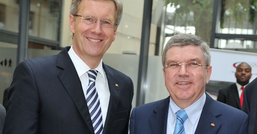 DOSB-Präsident Thomas Bach (re.) begleitet Bundespräsident Christian Wulff zu einer sechstägigen Reise in den Nahen Osten. Foto: picture-alliance/Frank May