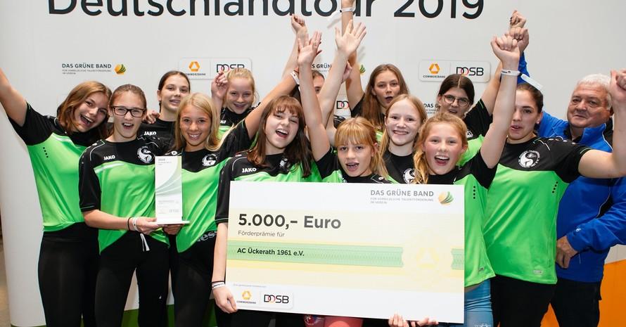 Die Ringerinnen vom AC Ückerrath jubeln beim Tourstopp 2019 im Dortmunder Fußballmuseum über ihre 5.000 Euro Prämie. Foto: Markus Goetzke / DOSB