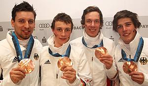 Björn Kircheisen, Eric Frenzel, Tino Edelmann und Johannes Rydzek (v.l.) mit ihren Medaillen. Copyright: picture-alliance