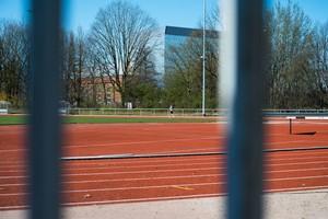 Ein Sportler dreht einsam seine Runden auf der Tartanbahn eines Sportvereins in Nordrhein-Westfalen. Foto: LSB NRW