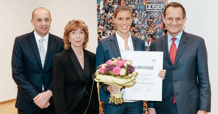 Stefanie Hüttermann (2. v.r.), hier mit Prof. Achim Conzelmann, Prof. Gudrun Doll-Tepper und DOSB-Präsident Alfons Hörmann (v.l.), bekam für ihre Arbeit einen der beiden ersten Preise.