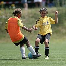 Der DFB macht sich für Mädchenfußball stark. Foto: picture-alliance