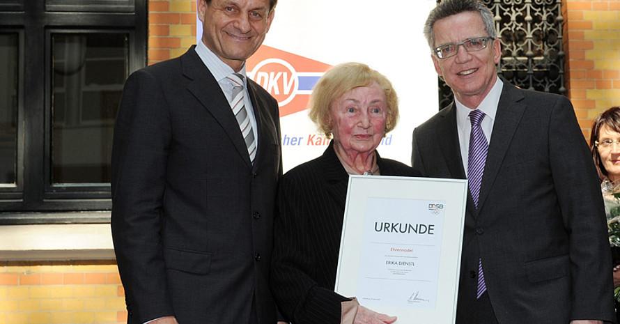Erika Dienstl mit DOSB-Präsident Alfons Hörmann (l.) und Bundesinnenminister Thomas de Maiziere. Foto: Witters