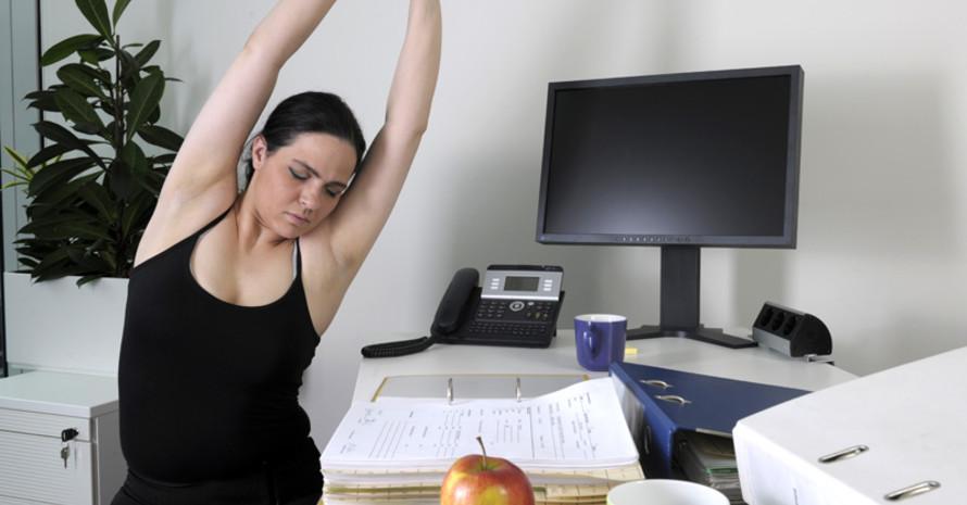 DIe Broschüre bietet Tipps und Übungen für mehr Bewegung am Arbeitsplatz. Foto: DOSB