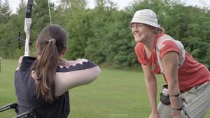Geduldig erklärt Lisa Unruh der Novizin Kristina Vogel, wie Bogenschießen funktioniert. Foto: DOSB