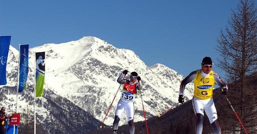 Verena Bentele ist mit ihrem Begleitläufer Franz Lankes in der Loipe unterwegs. Mit Gold auf der Kurzdistanz im Skilanglauf holte die blinde Verena Bentele aus Tettnang bei den Paralympischen Winterspielen von Turin das erste Gold für das deutsche nordische Ski-Team. Copyright: picture-alliance