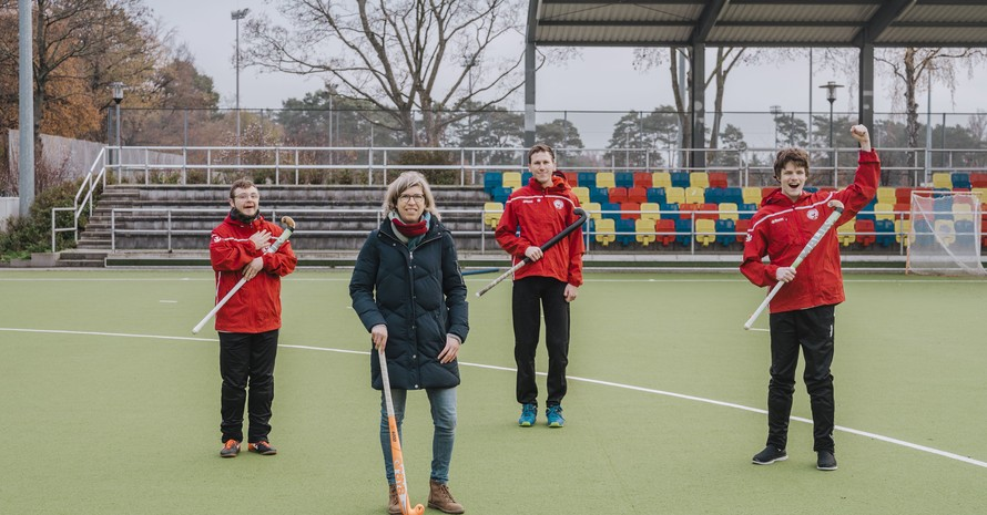 Hockey-Olympiasiegerin Natascha Keller mit den (v.li.) Berliner Specialhockey-Spielern Jerry Kosseck, Marius Schwahn und Kevin Waskowsky. Foto: Mario Heller