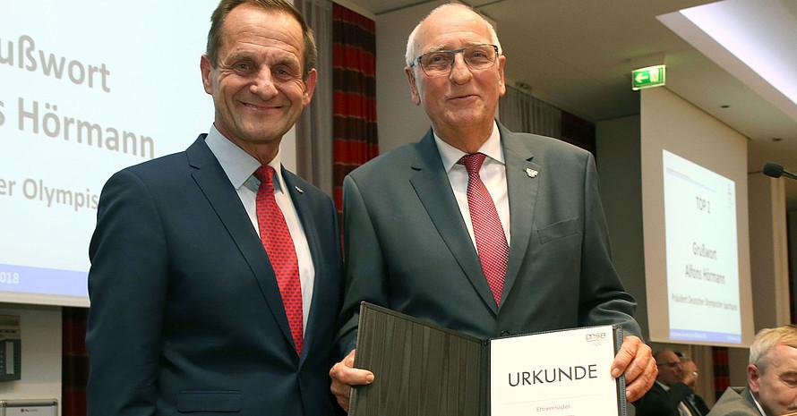 Der scheidende Präsident des LSB Klaus Böger (r.) erhält von DOSB-Präsident Alfons Hörmann die DOSB-Ehrennadel. Foto: LSB Berlin
