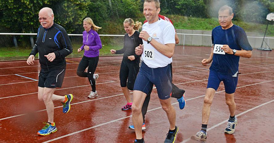Auch ein heftiger Regenschauer konnten ihn nicht abschrecken: Innen- und Sportsenator Ulrich Mäurer (vorne links) trat beim 3.000-Meter-Lauf an. (Alle Fotos: Jörg Obernolte)