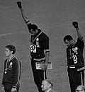 Mexiko 1968: Die Amerikaner Tommie Smith (m.) und John Carlos (l.) protestieren gegen Rassendiskriminierung. Mit auf dem Podest der Australier Peter Norman. Foto: picture-alliance