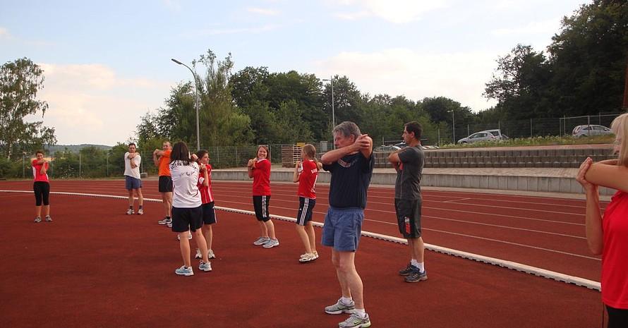 Gemeinsame Gymnastik ist fester Bestandteil des Trainings (Quelle: Hubert Wingen)