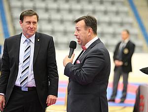 DKV-Präsident Wolfgang Weigert (l.) ehrt DOSB-Integrationsbotschafter Ernes Erko Kalac mit der Goldenen Nadel des Karate Verbandes. Foto: Ernes Erko Kalac