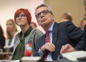 Kati Wilhelm und Dr. Thomas de Maizière sind Mitglieder der Ethik-Kommission des DOSB. Foto: picture-alliance