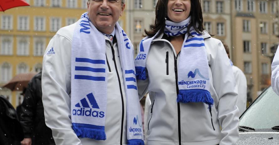 Thomas Bach und Katarina Witt bei der Versendung des Bid Book auf dem Münchner Marienplatz. Foto: picture-alliance
