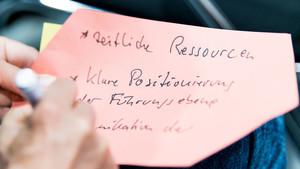 Während der Konferenz konnten die Teilnehmerinnen und Teilnehmer ihre Wünsche und Ziele aufschreiben. Foto: LSB NRW/Andrea Bowinkelmann