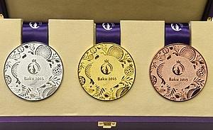 Diese Medaillen in Gold, Silber und Bronze werden bei den ersten Europaspielen in Baku den siegreichen Sportlern und Sportlerinnen umgehängt. Foto: picture-alliance
