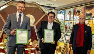 Andreas Vroom (l., LSB) und Hubertus Hess-Grunewald (Werder) nahmen den 38. Kultur- und Friedenspreis der Villa Ichon stellvertretend von Klaus Hübotter (r.) entgegen.