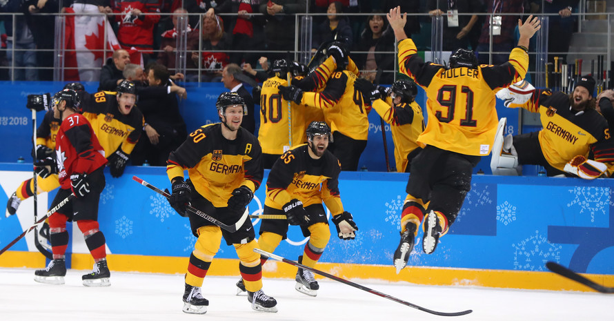 Das Spiel ist aus: Für die deutschen Eishockeyspieler gibt es kein Halten mehr (Foto Picture Alliance)