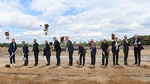 Spatenstich mit Gästen aus Sport, Politik, Wirtschaft und Medien. Foto: picture-alliance