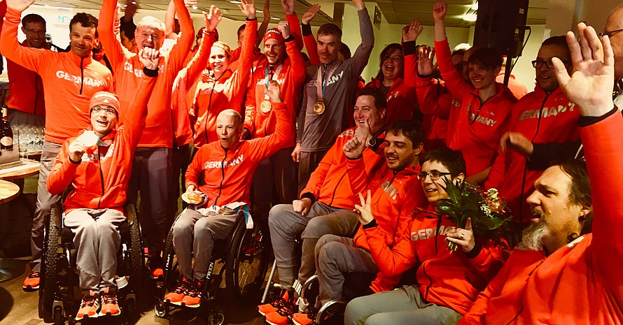 Müde, aber glücklich und stolz: Die Deutsche Paralympische Mannschaft wird in Frankfurt begrüßt (Foto: DOSB)