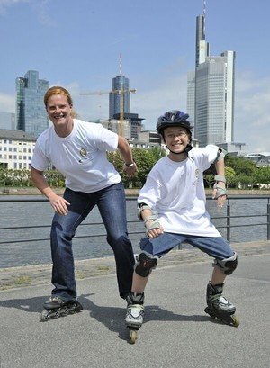 Betty Heidler, amtierende Weltmeisterin im Hammerwerfen, und der Schüler Philipp Hauf warben am Mainufer in Frankfurt u.a. auf Inlinern für das Deutsche Sportabzeichen.