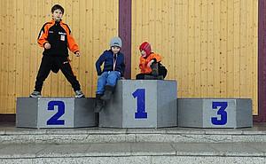 Kinder am Sportforum Berlin in Hohenschönhausen testen schon einmal, wie es sich anfühlt, auf dem Siegertreppchen zu stehen. Hohenschönhausen ist der größte Olympia- und Bundesstützpunkt in Berlin sowie Eliteschule des Sports. Foto: picture-alliance