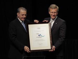 IOC-Präsident Jaques Rogge überreicht Bundespräsident Christian Wulff eine Urkunde nach der Präsentation von München 2018. Foto: picture-alliance