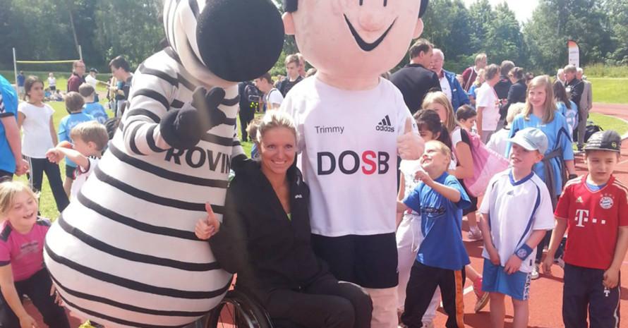 Daumen hoch für mehr Inklusion (von links): Hein Daddel, Maskottchen des THW Kiel, Paralympics-Legende Kirsten Bruhn und DOSB-Maskottchen Trimmy. Foto: DBS