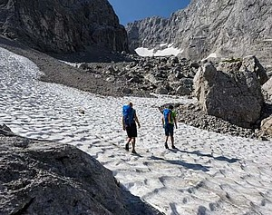 Beim Queren von Schneefeldern, wie hier in den Berchtesgadener Alpen, ist Vorsicht geboten. Foto: Wolfgang Ehn