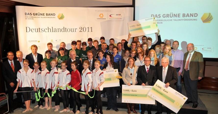 Die Teilnehmerinnen und Teilnehmer aus den fünf norddeutschen Gewinnervereinen im Gruppenbild mit den offiziellen Repräsentanten von DOSB und Commerzbank. Foto: Frank May